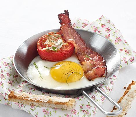 Oeuf au plat bacon & tomates provençales