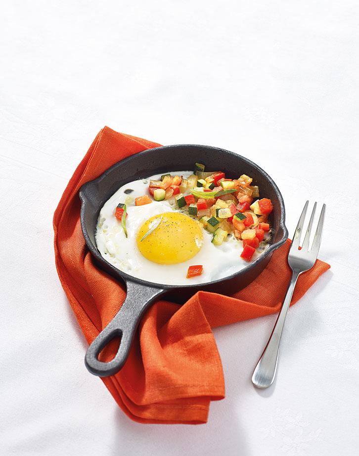 Oeuf sur le plat et petits légumes
